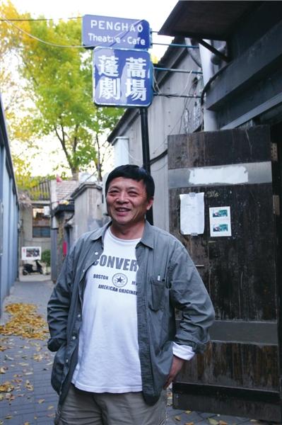 王翔站在蓬蒿剧场门口。