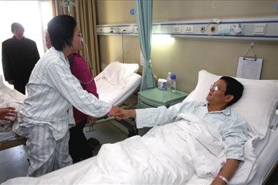 苏丹要先前往手术室,丈夫田新丙拉住了她的手。