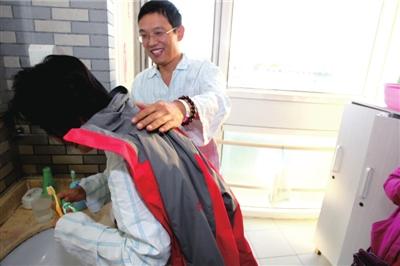 苏丹早晨洗漱,丈夫为她披上外衣。