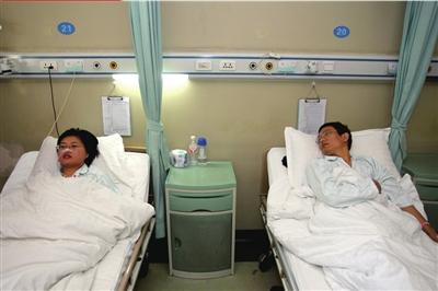病床上的田新丙望向躺在旁边的妻子。