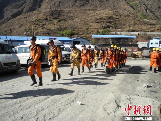 装备齐整的救援队员。 王超 摄