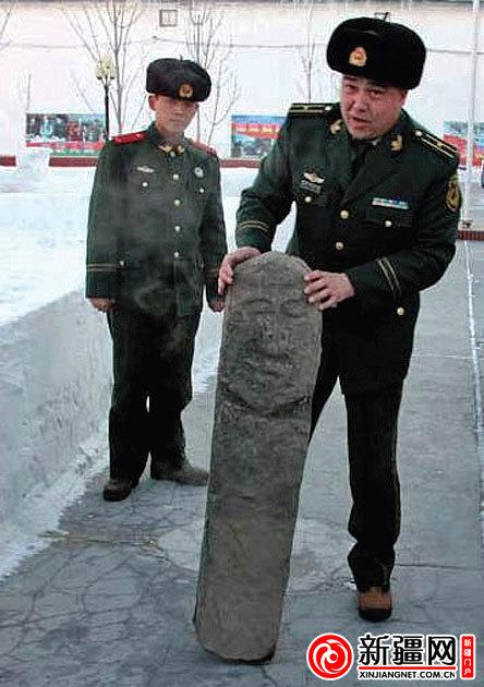 ...阿不都克力木在展示自己捡到的草原石人 图片由受访者提供