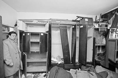 昨天,红色文化收藏家宋明政向本报来电,说他多年积攒的藏品被盗。姚家岭高王村宋明政家里一片狼藉,所有的柜子、箱子、架子都是空的。