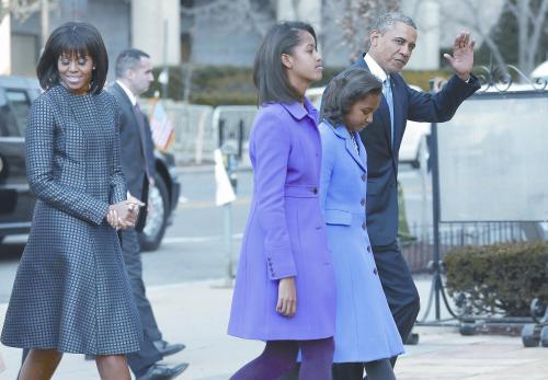 当地时间21日上午,在赴国会山宣誓就职前,美国总统奥巴马一家来到白宫旁的教堂作就职祈祷。