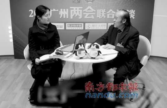 广州两会联合访谈上,南都记者李晓瑛正在采访广州市政协副秘书长范松青(右)。 南都记者 孙俊彬 摄