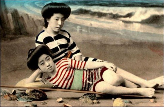 英媒公开百年前日本艺伎泳装照(网页截图)
