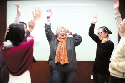 Cristina在课堂上与学生们互动。