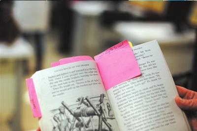 Cristina的书本里用便签写满了授课笔记。