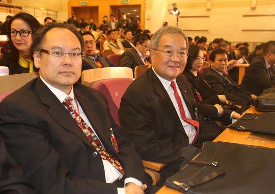 郑建山委员(左)、太平绅士郑慕智在政协开幕式上 千龙网记者 戚连民摄