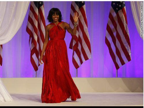 美国第一夫人米歇尔今天选择领口交叉的希腊式红色礼服出席总统就职舞会。美国有线电视新闻网(CNN)报道,这件礼服又是出自旅美的台湾设计师吴季刚之手。图自CNN