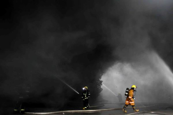 浙江省嘉兴市平湖市钟埭镇一家箱包厂发生大火