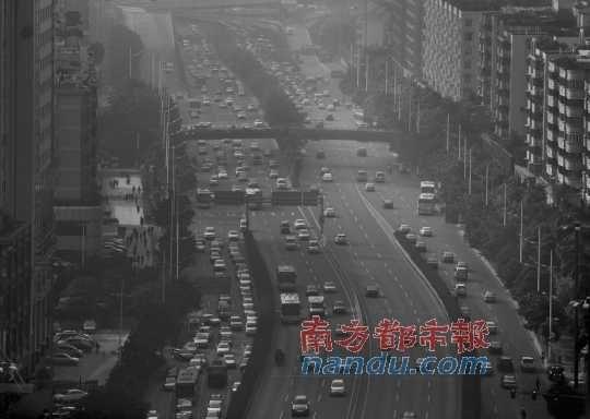 广州黄埔大道上,浅雾迷蒙