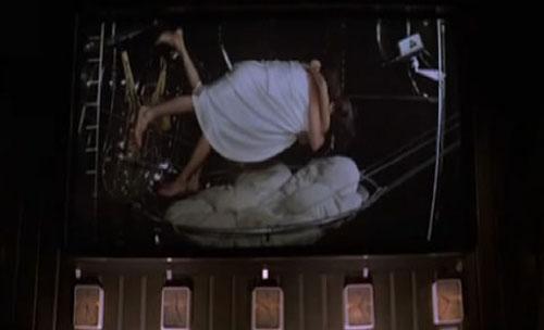 操穴抽�_《007:大破天幕危机》新闻     最逆天的翻滚戏:高难度太空操 《太空