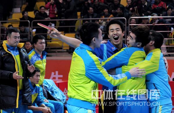 图文:[乒超]宁波男团险胜上海 宁波男团庆祝