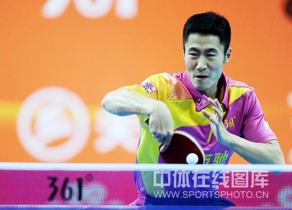 图文:[乒超]宁波男团险胜上海 王励勤在比赛中