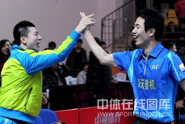 图文:[乒超]宁波男团险胜上海 马龙朱世赫击掌