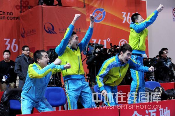 图文:[乒超]宁波男团险胜上海 马龙跃起庆祝
