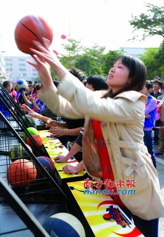 华宏/前日,高埗镇华宏眼镜厂为员工举办了盛大的游园活动和迎春晚会...