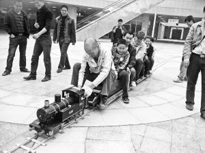 迷你版蒸汽北站开进火车驾驶员兼当铲煤工(图ugv蒸汽图纸图片