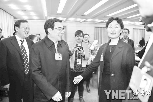 王安顺与海淀团代表齐清在会后交流摄影/本报记者 贾婷