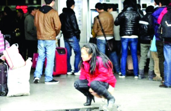 一美女排队买票等时间太久了想小便