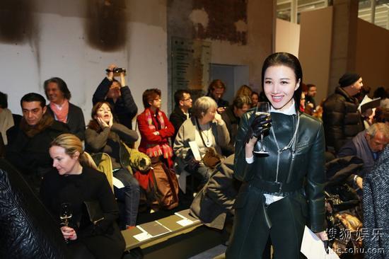 时尚女星韩雯雯成为巴黎时装周关注焦点