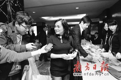 昨日,周星驰秘书到东方宾馆为其代领出席证及其他会议材料。