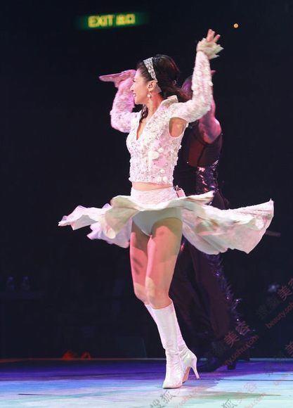 叶倩文21日晚为一连四场的红馆演唱会揭开序幕,状态大勇的她毫不图片