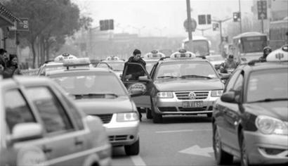 心急市民直接冲上马路拦车