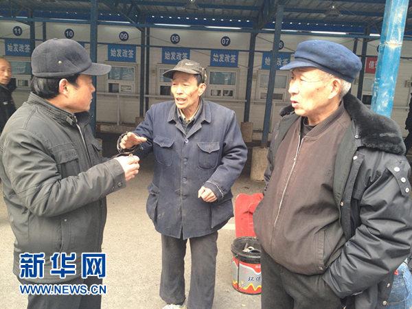 1月22日下午1点半,农民工侯起顺(左)、马俊胜(中)、陈少明(右)在北京西站临时售票大厅商量买票的事情。目前中国已经进入春运时间,出行高峰即将到来。 新华网记者 韩元俊