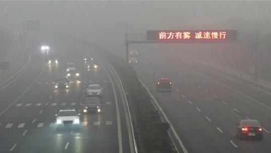 时常笼罩北京的重度雾霾提醒着中国新一届领导人,必须重视对居民生活影响越来越大的空气污染问题。