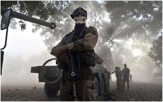 佩戴鬼脸口罩的法军士兵在马里。