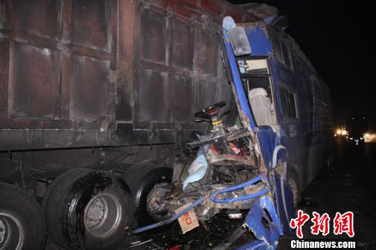 事故现场一片狼藉,货车车体已严重损毁。 赵波 摄