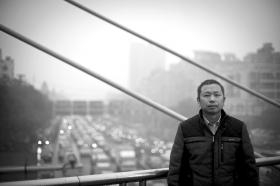 1月23日,高桥大市场西门天桥上,的哥易艳辉谈及这次救人经历觉得心凉。图/记者谢长贵