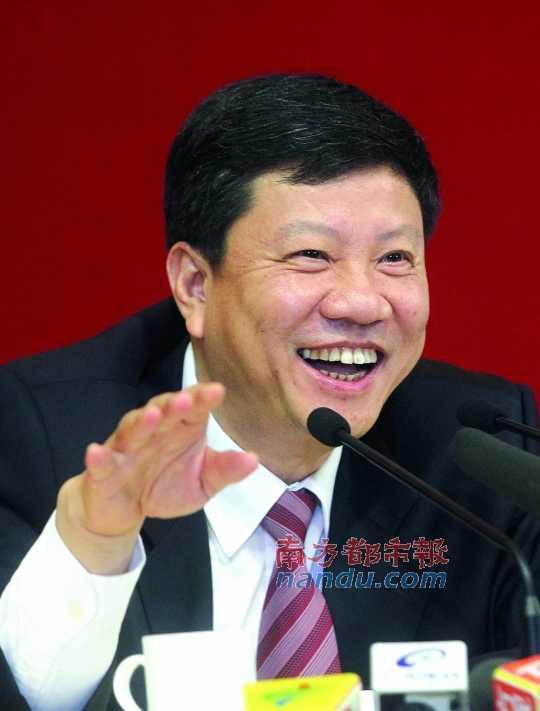 昨日,广州市市长陈建华答记者问。 南都记者 冯宙锋 摄
