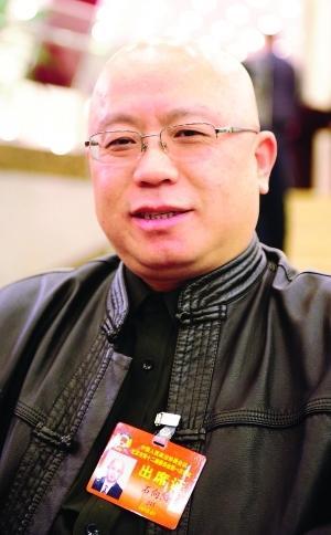 """""""你好,我是李向阳。""""玩笑式的开场白,标志性的光头造型,中式皮衣,政协委员石向阳一副北京爷们儿的范儿。"""
