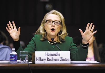 1月23日,美国国务卿希拉里身穿绿夹克和深色长裤,戴着黑框眼镜出席国会听证会。