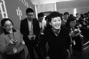 会后,记者追堵市交通委副主任、新闻发言人李晓松。晨报记者 王颖/摄