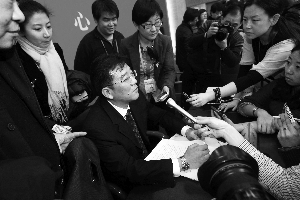 记者围堵市环保局副局长、新闻发言人方力。晨报记者 王颖/摄