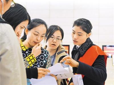 昨天,记者在向大会工作人员详细了解会场分布情况。深圳商报特派记者 陈发清 摄