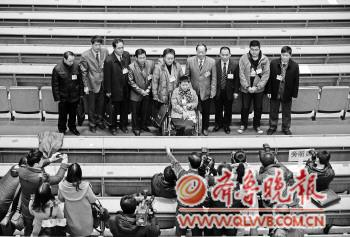 1月24日山东省政协十一届一次会议开幕式结束后,群众旁听代表成为媒体追逐的焦点。