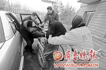 在大家帮助下,钟倩乘出租车前往山东会堂。本报记者 左庆 摄