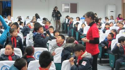 霍尼韦尔志愿者和在活动现场学生积极互动