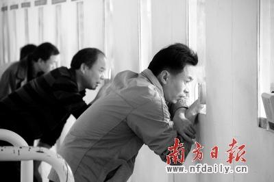 有外来务工者到广州东站货场售票厅希望等到退票。符超军 摄
