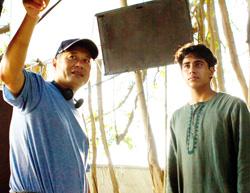 李安导演(左)在《少年PI》中,尽心尽力指导印度男主角苏瑞吉沙玛演出。