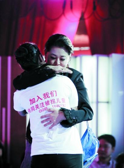 倪萍/倪萍与选手妈妈拥抱