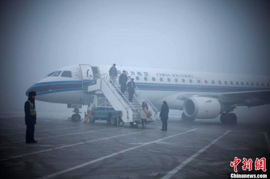 乌鲁木齐大雾致航班延误备降 6000旅客滞留