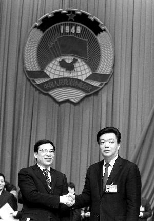 昨天下午,市政协十二届一次会议闭幕。吉林(右)当选新一届市政协主席。首席摄影记者 蔡代征/摄