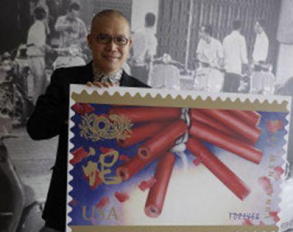 美国邮局蛇年生肖邮票设计者麦锦鸿说,过年放鞭炮,是他童年过年最深的记忆,也是今年蛇年邮票的主图案。(美国《世界日报》/黄惠玲摄影)