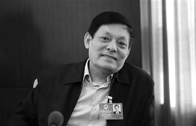 昨日,北京会议中心,在人大石景山团小组讨论上,市人大代表、市纪委书记叶青纯就反腐等话题发表了看法。新京报记者 薛�B 摄